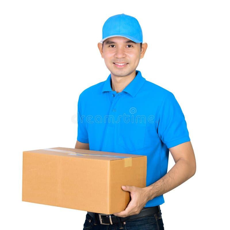 Deliveryman που φέρνει ένα κιβώτιο δεμάτων χαρτονιού στοκ εικόνες