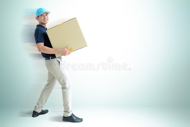 Deliveryman που φέρνει ένα κουτί από χαρτόνι στοκ φωτογραφία