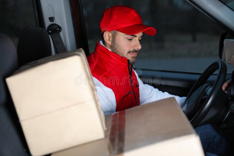 Deliveryman σε ομοιόμορφο με τα δέματα στοκ φωτογραφίες