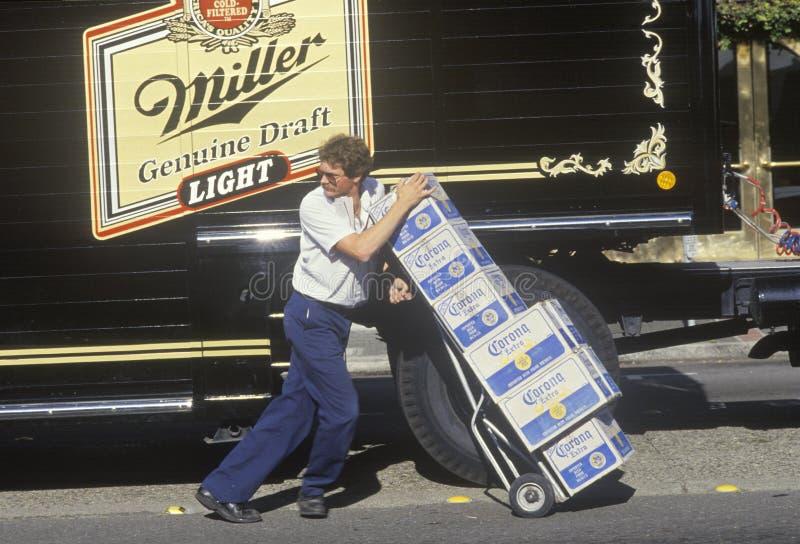 Deliveryman da cerveja, imagem de stock royalty free