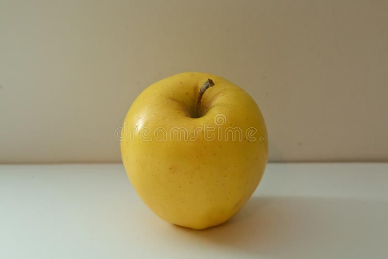Delizioso dorato della mela isolato su fondo bianco Percorso di ritaglio A profondità totale del campo Mela fresca isolata su pri immagine stock