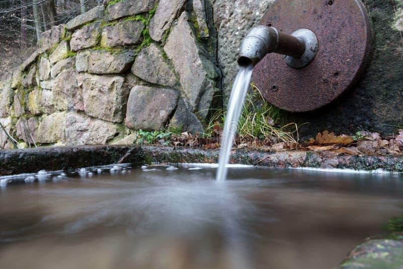 Dell'acqua pozzo dentro fotografia stock