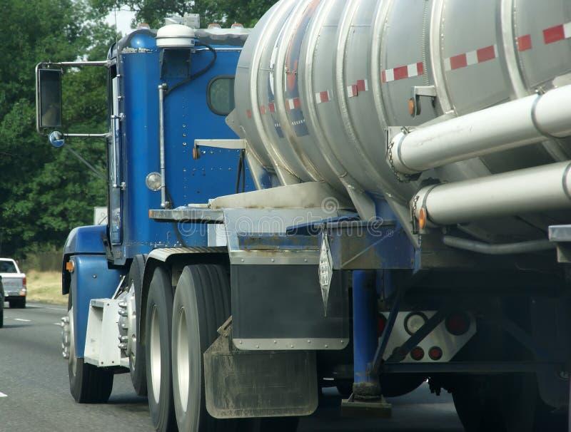 Dell'azzurro camion semi con l'autocisterna fotografia stock