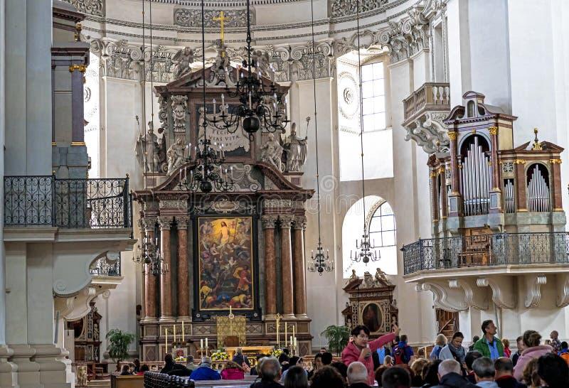 Dell'interno della cattedrale barrocco di Roman Catholic Archdiocese Salisburgo fotografia stock