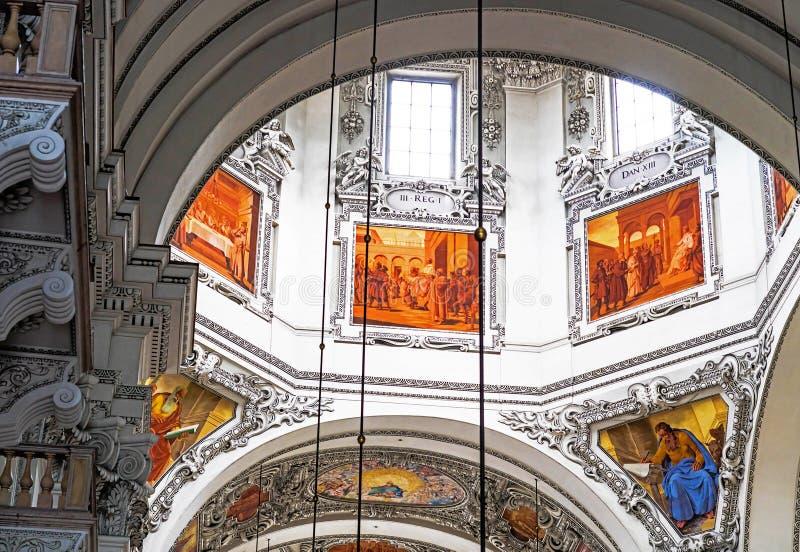 Dell'interno della cattedrale barrocco di Roman Catholic Archdiocese Salisburgo immagini stock