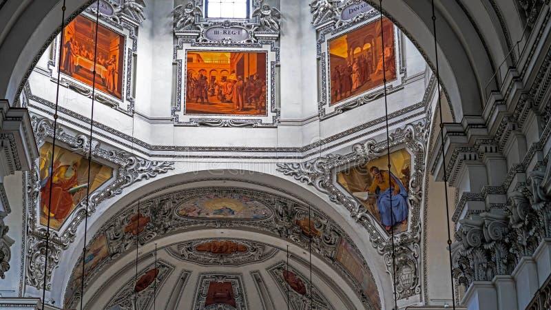 Dell'interno della cattedrale barrocco di Roman Catholic Archdiocese Salisburgo fotografie stock