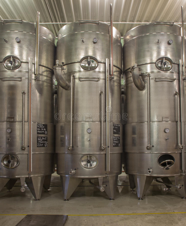 Dell'interno produttore slovacco del produttore del vino di grande. Grande barile moderno per la fermentazione. fotografie stock