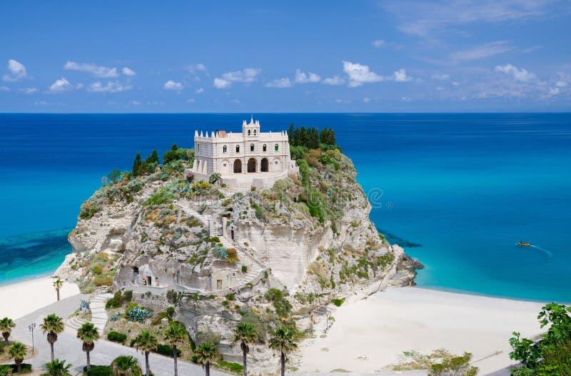 Dell Isola di Santa Maria della chiesa del santuario su roccia superiore, Tropea, Italia fotografia stock