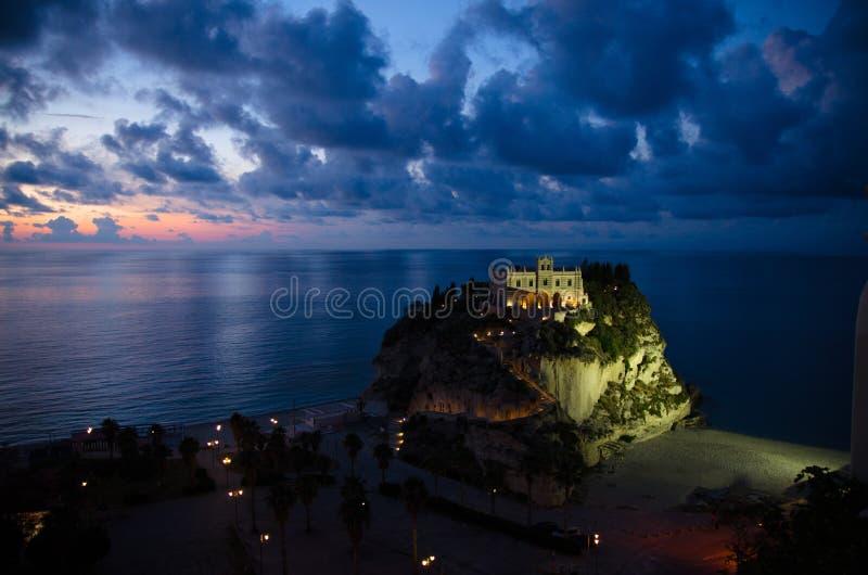 Dell Isola su roccia superiore, Tropea, AIS di Santa Maria della chiesa del santuario fotografia stock libera da diritti