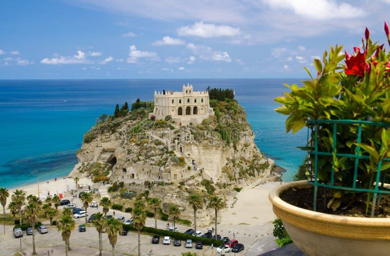 Dell Isola su roccia superiore, Tropea, AIS di Santa Maria della chiesa del santuario immagini stock