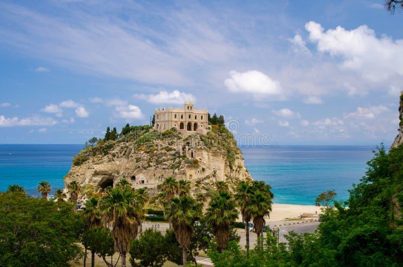 Dell Isola su roccia superiore, Tropea, AIS di Santa Maria della chiesa del santuario immagine stock