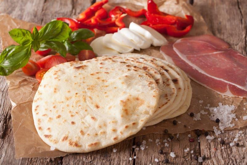 Dell'italiano primo piano piano al forno di piadina del pane di recente orizzontale immagini stock libere da diritti