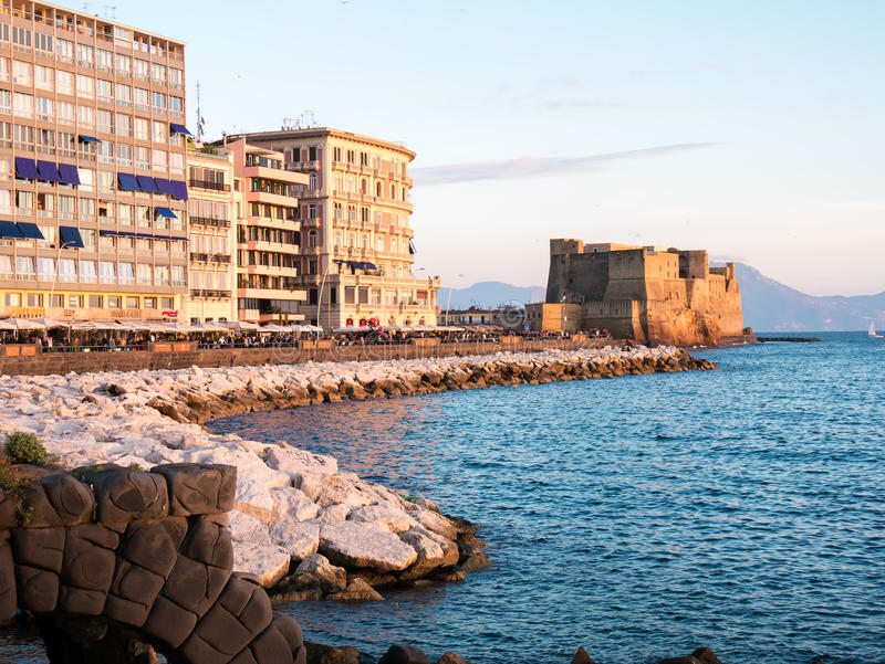 Dell Ovo Castel на заходе солнца в заливе Неаполь Италии стоковая фотография rf