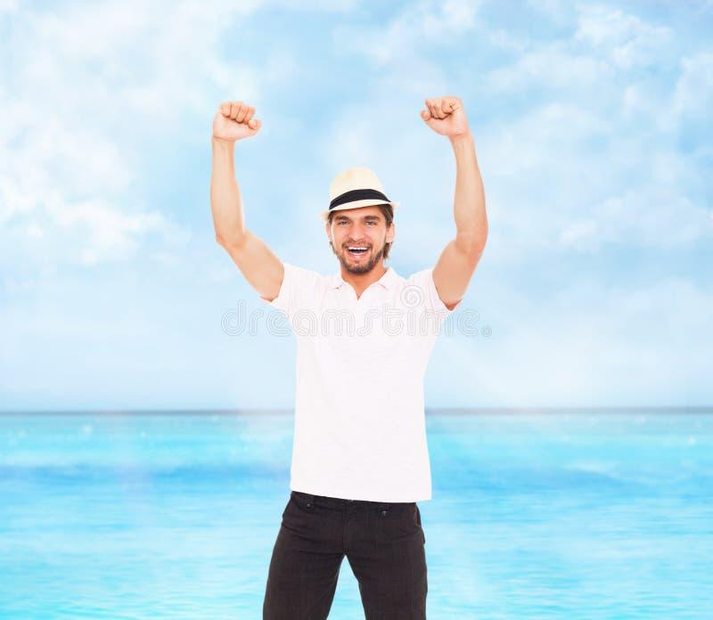Dell'uomo di sorriso della tenuta del pugno di approvazione gesto sì fotografia stock libera da diritti