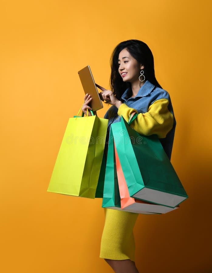 Della donna di acquisto pc online della compressa comunque fotografie stock libere da diritti