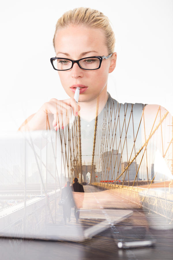 Della donna di affari di pensieri in ufficio, sogno di giorno immagine stock