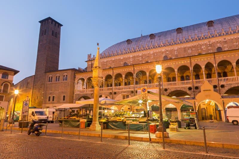 Della Fruta de Padoue - de Piazza dans le crépuscule de matin avec le marché et le dalla Ragione de Palazzo photos libres de droits