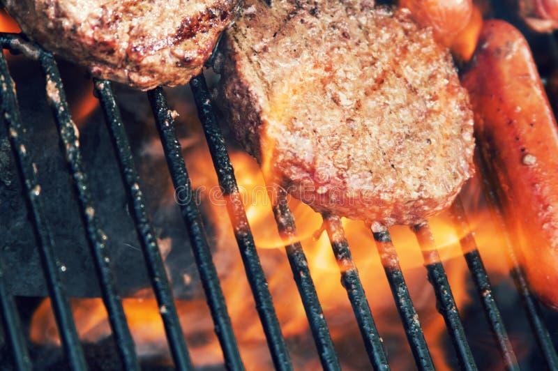 Della griglia alimento fuori per il cuoco fuori immagine stock