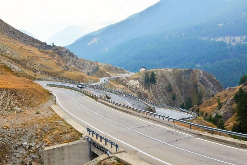 Della Maddalena Piedmont de Colle, Itália, paisagem da montanha, estrada de enrolamento na beira italiano-francesa imagem de stock