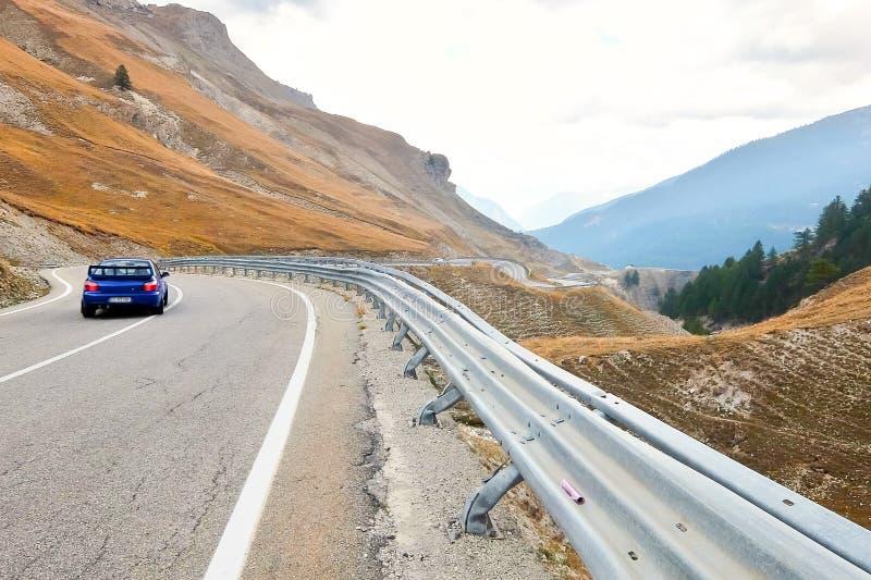 Della Maddalena Piedmont, Italia, paisaje de la montaña, carretera con curvas de Colle en la frontera italiano-francesa foto de archivo libre de regalías