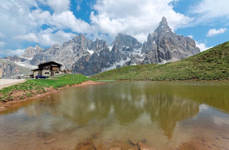 Della Pala de Cimon parmi les crêtes rocailleuses de Pale di San Martino réfléchissant sur un lac de montagne dans Passo Rolle photographie stock