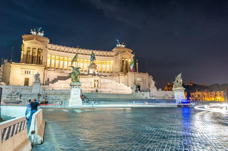 Della Patria de Altare en Roma Opinión hermosa de la noche de la plaza Vene foto de archivo