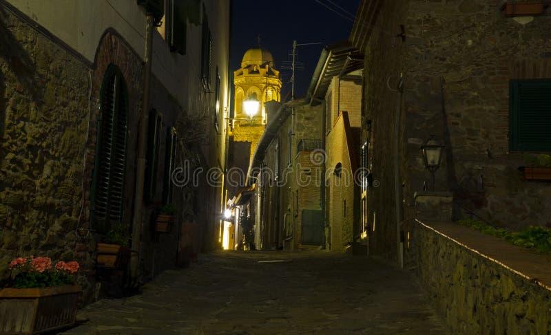 Della Pescaia, opinión rosada de Italia Toscana Castiglione de Luna Llena de los callejones con la luz de la noche, el campanario foto de archivo libre de regalías