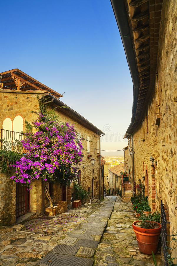 Della Pescaia, vieille rue de Castiglione sur le coucher du soleil Maremma Toscane image libre de droits