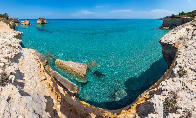 Della Punticeddha, Salento, Italia de Spiaggia de la playa del mar imagenes de archivo