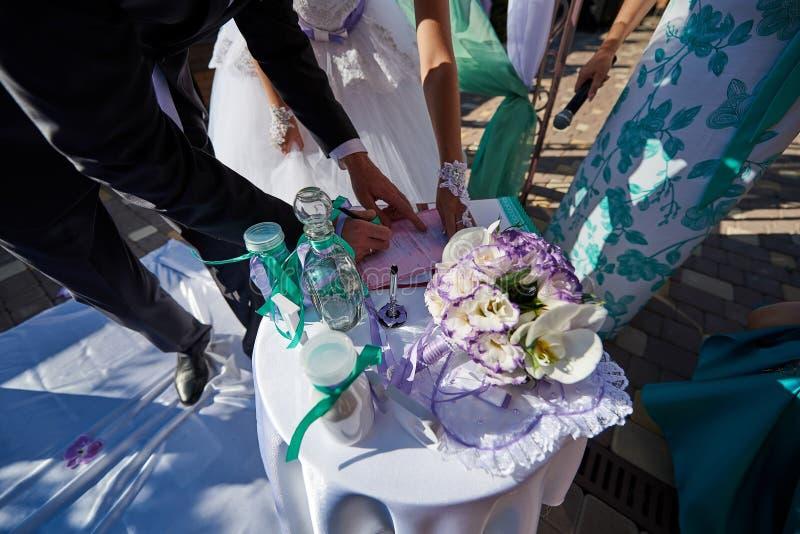 Della sposa e dello sposo del registro di matrimonio primo piano all'aperto fotografia stock libera da diritti