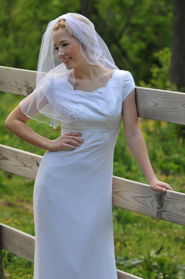 della sposa giovani all'aperto fotografie stock libere da diritti