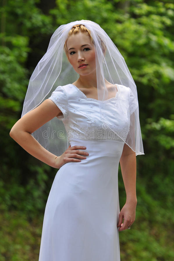 della sposa giovani all'aperto immagini stock libere da diritti