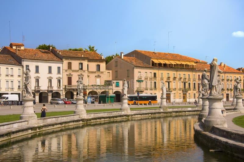 Della Valle di Prato della piazza pubblica del canale a Padova immagine stock