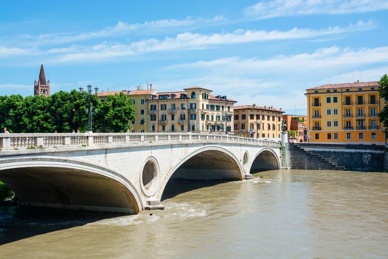 Della Vittoria Bridge de Ponte de la visión de la victoria, situada en Verona en el río Adige, Italia fotografía de archivo