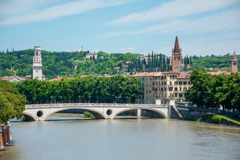 Della Vittoria Bridge di Ponte di vista della vittoria, situata a Verona sull'Adige, l'Italia fotografie stock