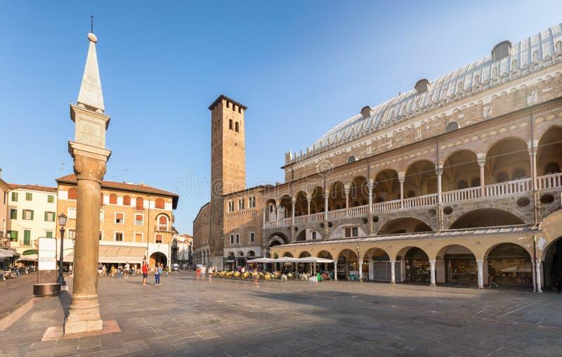 Delle Erbe de la plaza con el della Ragione de Palazzo en Padua, Italia fotografía de archivo