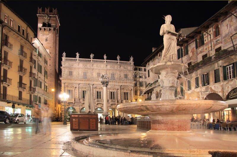 Delle Erbe de Piazza à Vérone la nuit image libre de droits