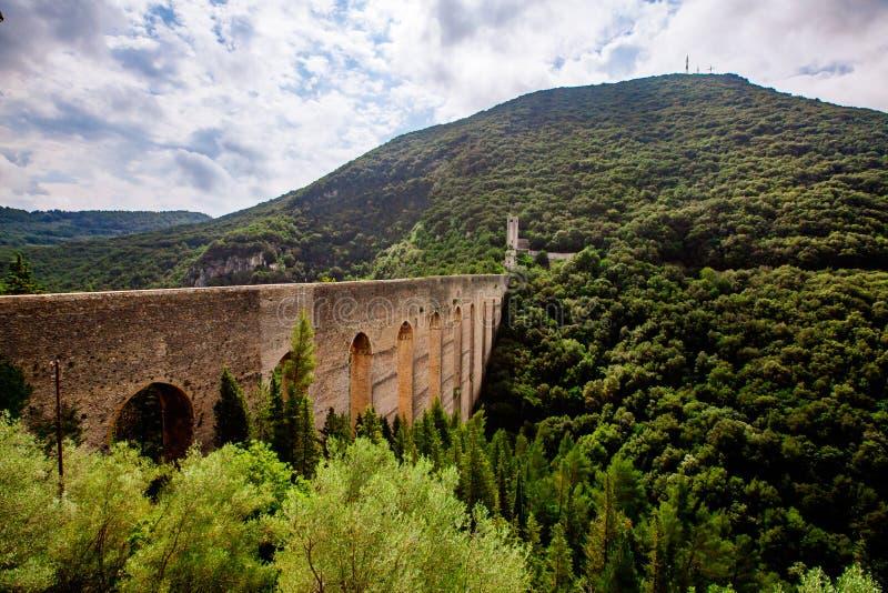 Delle Torri Ponte, римский мост-водовод в Spoleto, Италии стоковое изображение