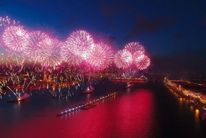 Delle vele di saluto color scarlatto Il saluto festivo è imponente Pirotecnica dei fuochi d'artificio immagine stock