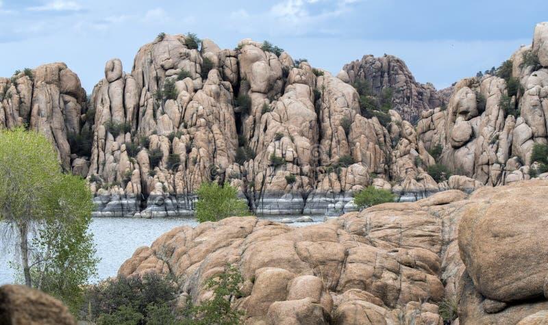 Dells do granito e lago Watson Riparian Park, Prescott Arizona EUA imagem de stock