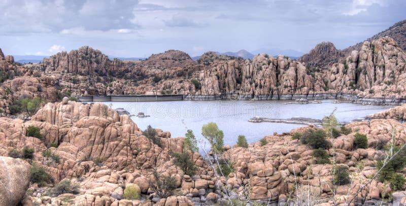 Dells do granito e lago Watson Riparian Park, Prescott Arizona EUA foto de stock