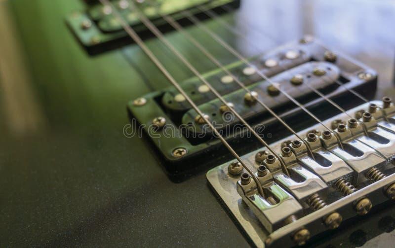 Delnärbild för elektrisk gitarr Hals- och humbuckeruppsamling Skott på Canon 5D fläck II med främsta L linser härlig för studiokv arkivfoto