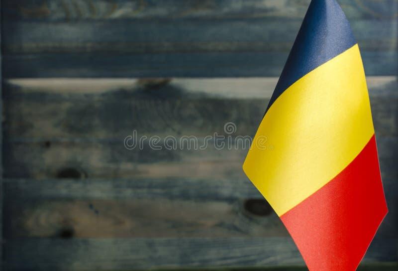 Delning av Rumäniens flagga i förgrunden, suddigt bakgrundsutrymme arkivfoton