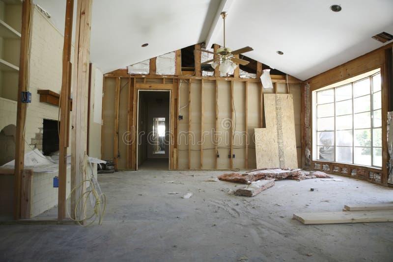 Delningsvägg i hus under renovering arkivfoto