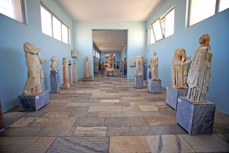 Delos, Греция, 11-ое сентября 2018, взгляды археологического музея с красивыми находками найденными в музее острова стоковое изображение