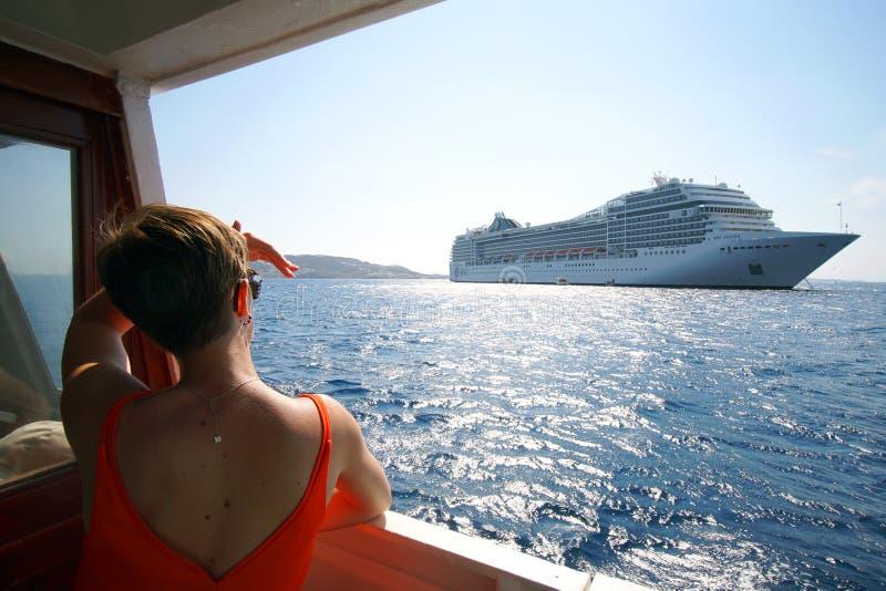 Delos, Grecia, l'11 settembre 2018, un turista esamina con interesse una nave da crociera nelle Cicladi fotografie stock libere da diritti