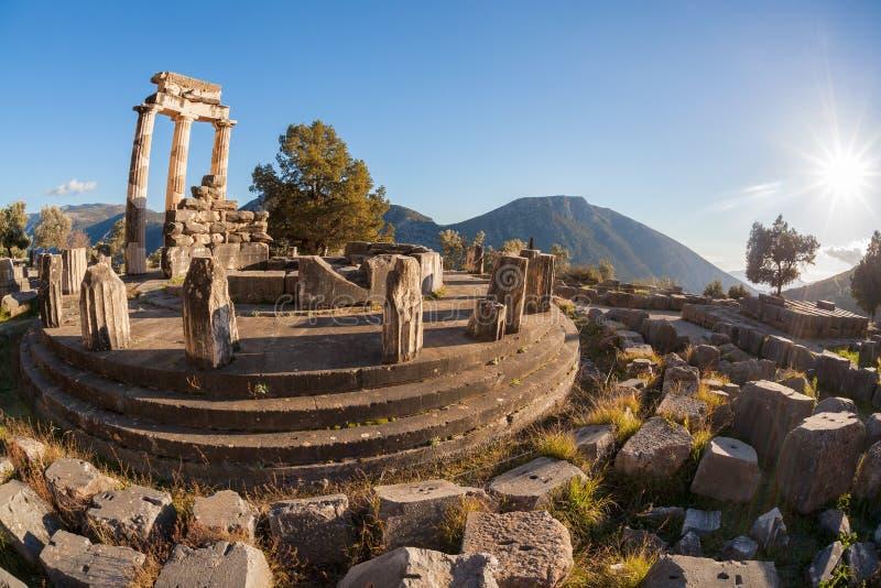 Delphi com ruínas do templo em Grécia fotos de stock