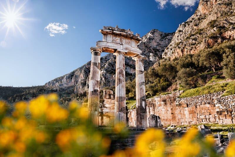 Delphi com ruínas do templo em Grécia fotografia de stock royalty free