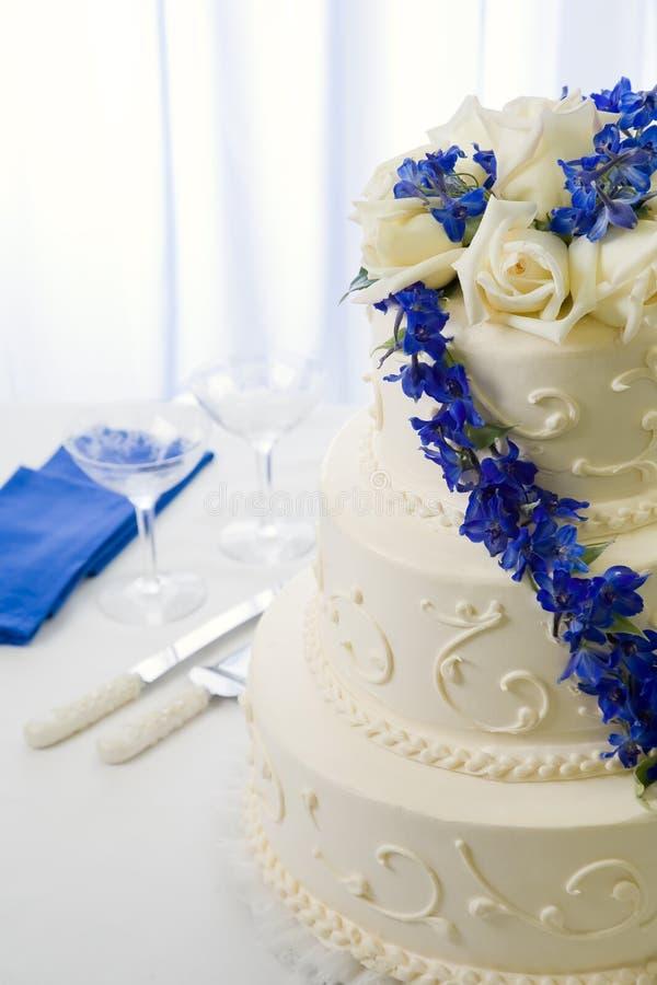 Delphiniums dell'azzurro della torta di cerimonia nuziale immagine stock libera da diritti