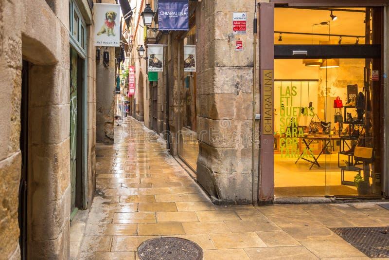 Dels Flassaders, via stretta e bagnata al centro della città, Barcellona, Spagna di Carrer fotografia stock